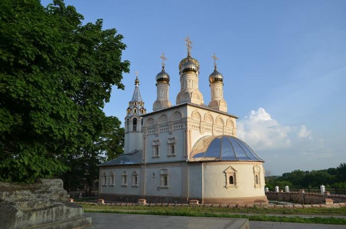 tserkov-spasa-na-yaru-700x464