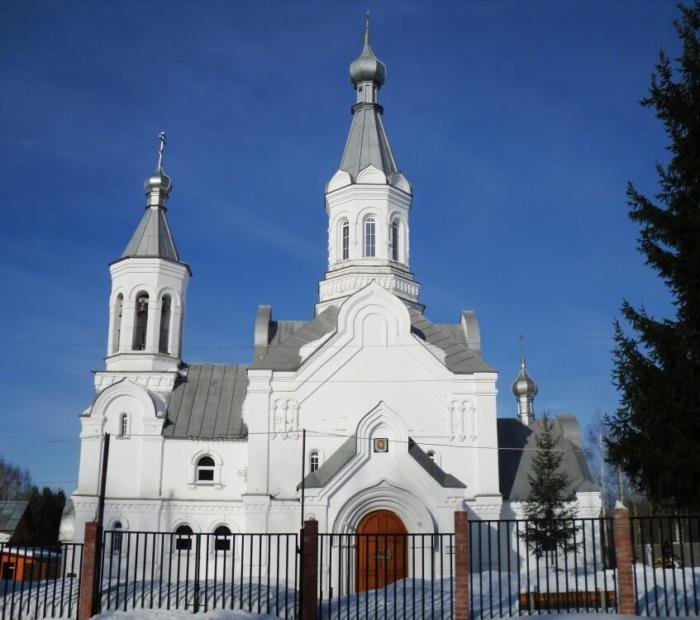 tserkov-vseh-svyatyh-na-zemle-rossii-skoi-prosiyavshih-700x620