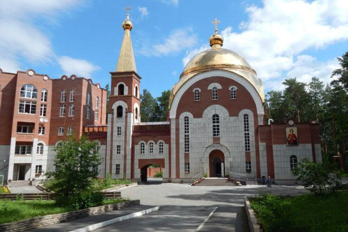 hram-tselitelya-panteleimona-700x467