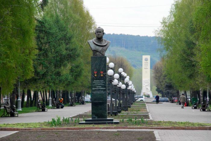 pamyatnik-aa-leonovu-700x468