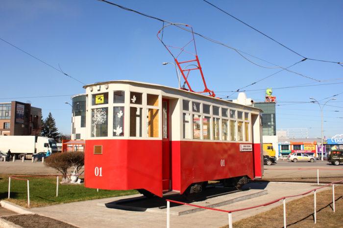 pamyatnik-pervomu-kemerovskomu-tramvayu-700x467