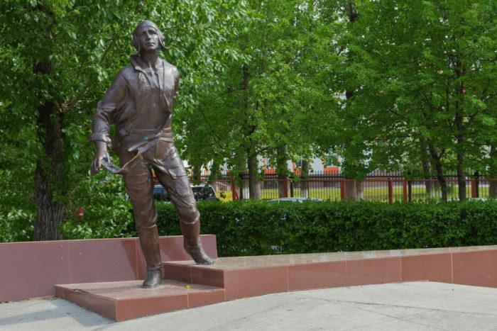 pamyatnik-vd-martemyanovu-700x467