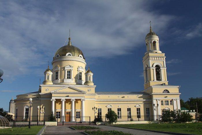 svyato-troitskiy-kafedralnyy-sobor-700x467
