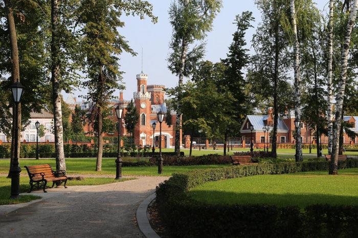 parkovaya-zona-istoriko-kulturnogo-tsentra-dvortsovyy-kompleks-oldenburgskih--700x467