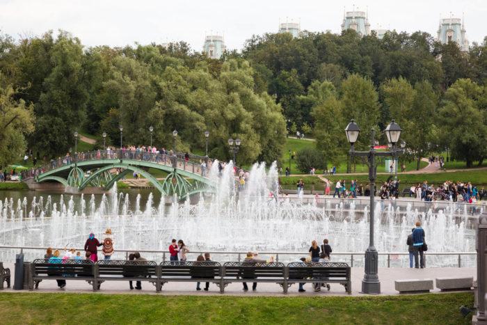 svetomuzykalnyy-fontan-i-ostrov-podkova-700x467