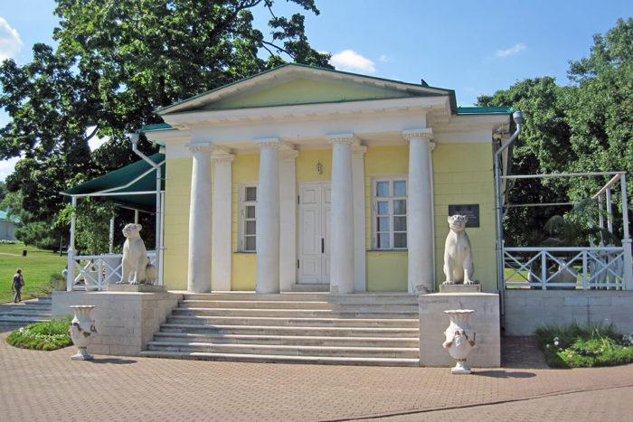 dvortsovyy-pavilon-1825-goda-700x467