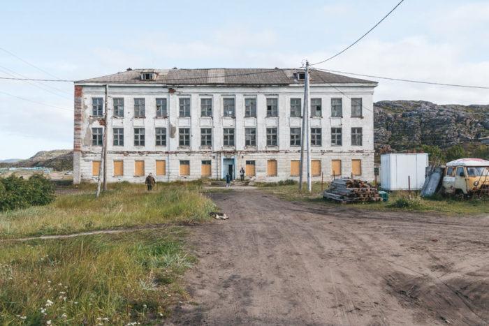 zabroshennaya-shkola-700x467