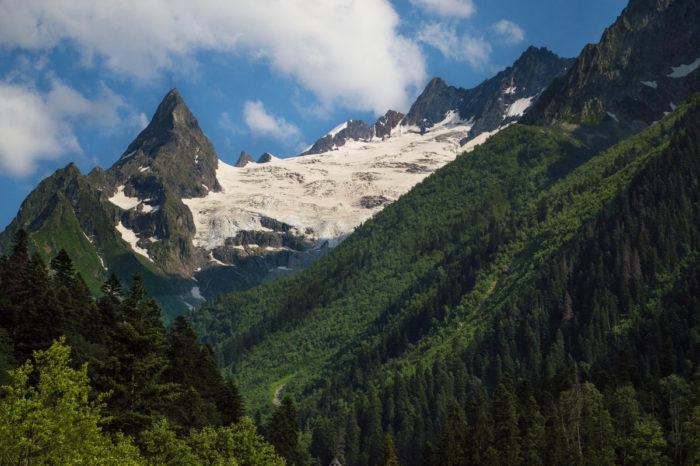 gora-i-lednik-dzhuguturluchat-700x466