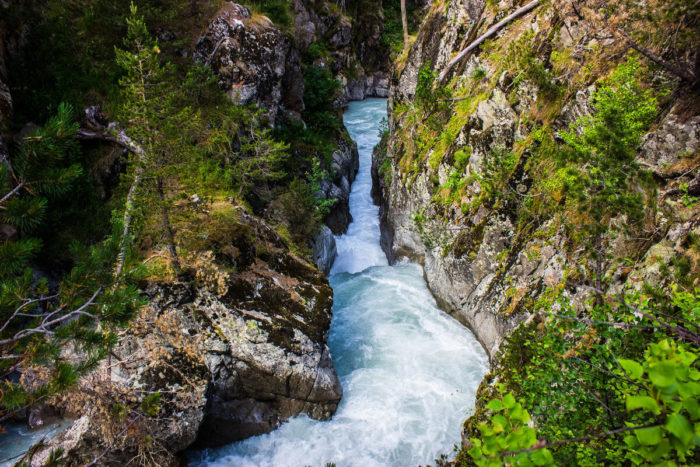 kanon-i-vodopad-chertova-melnitsa-700x467
