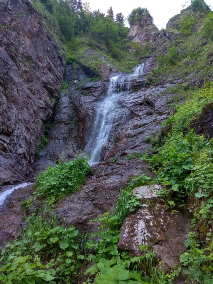 kazachiy-vodopad-700x931