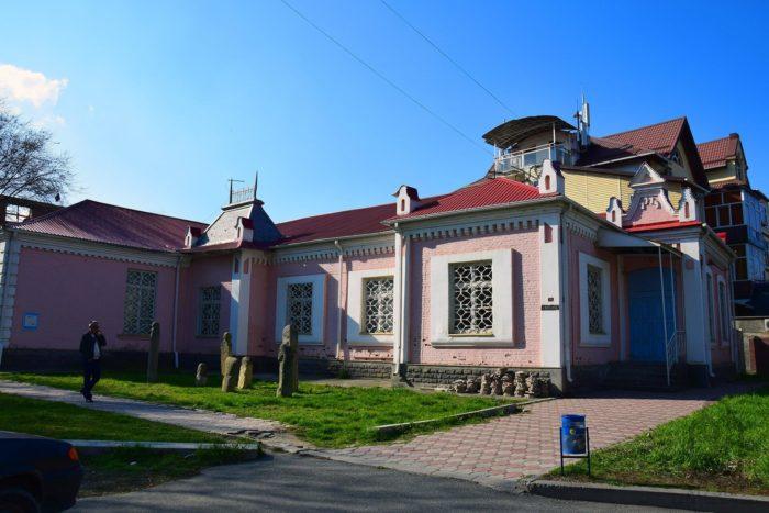 kraevedcheskiy-muzey-v-cherkesske-700x467