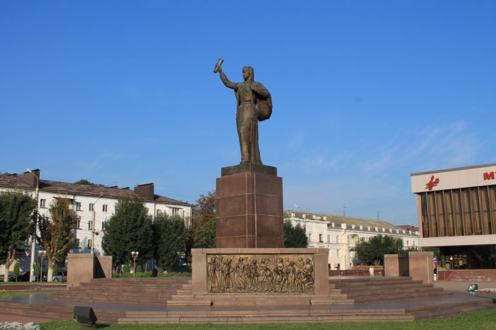 monument-naveki-s-rossiey-700x466