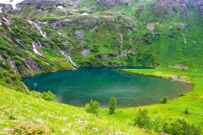 ozero-i-vodopad-belkau-kyol-700x467