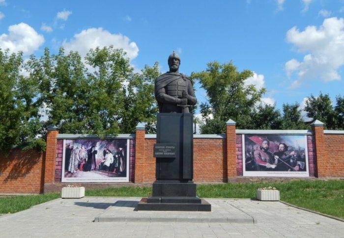 pamyatnik-dmitriyu-pozharskomu-700x484