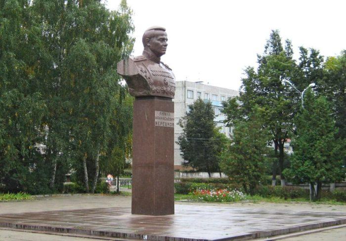 pamyatnik-marshalu-k.-a.-meretskovu-700x488