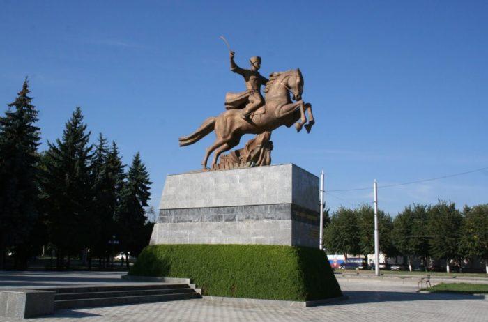 pamyatnik-voinam-115-y-kabardino-balkarskoy-kavaleriyskoy-divizii-pogibshim-v-gody-vov-700x462