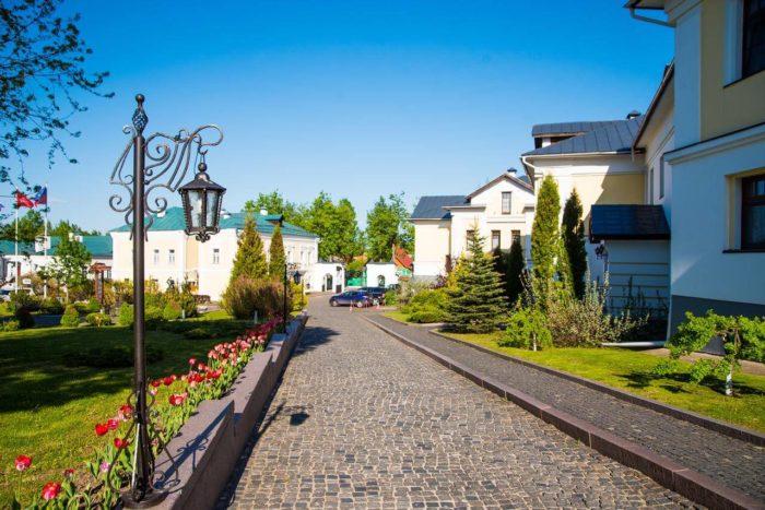 gostinichnyy-kompleks-pushkarskaya-sloboda-700x467