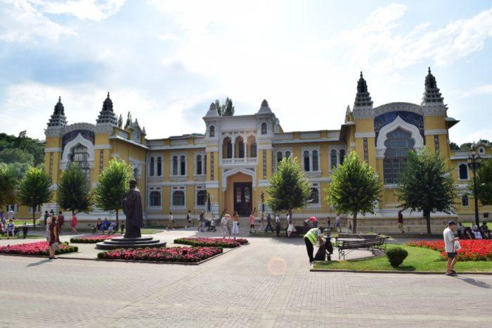 sanatoriy-glavnye-narzannye-vanny-700x466