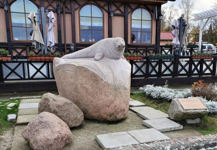 skulptura-seryy-baltiyskiy-tyulen-700x484