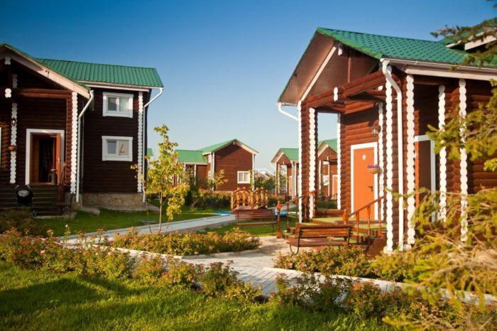 zagorodnyy-klub-belaya-loshad-700x466