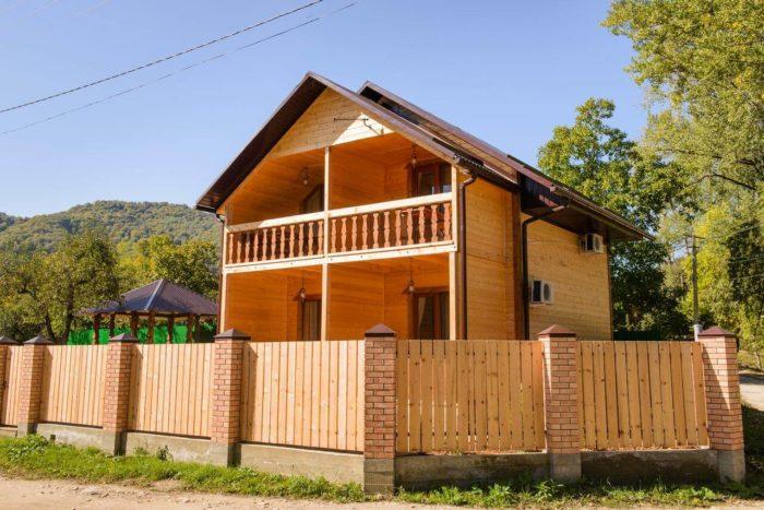 gostevoy-dom-otdyh-u-reki-700x467