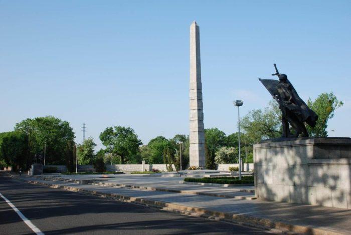 memorialnyy-kompleks-pamyatnik-1200-gvardeytsam-700x469