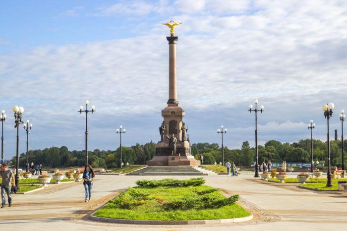 pamyatnik-1000-letiyu-yaroslavlya-700x466