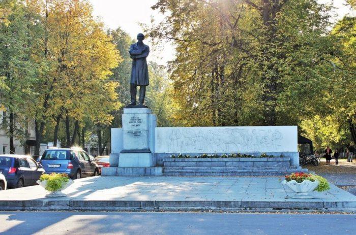 pamyatnik-nikolayu-nekrasovu-700x463