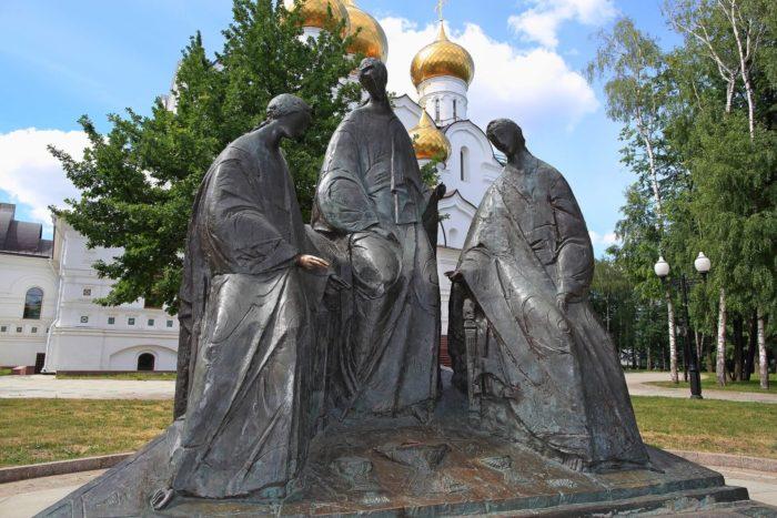 skulpturnaya-kompozitsiya-troitsa-700x467