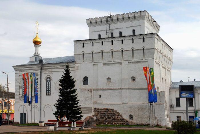 vlasevskaya-bashnya-i-znamenskaya-tserkov-700x468