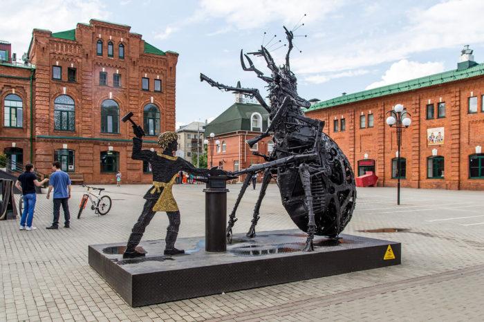 skulptura-levsha-podkovyvaet-blohu-700x466