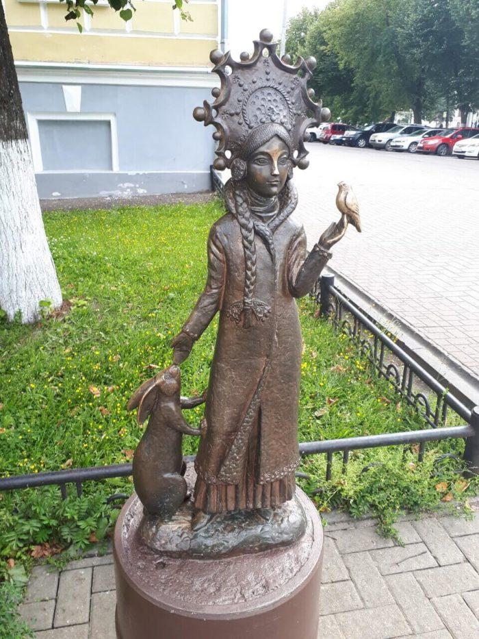 skulptura-snegurochki-700x933