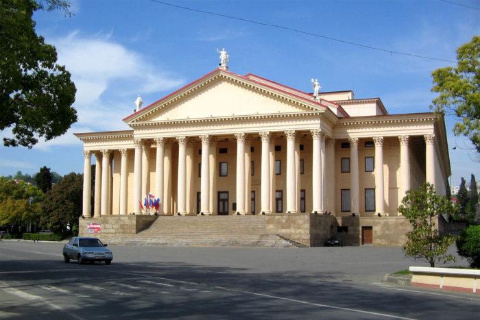 zimniy-teatr-700x467