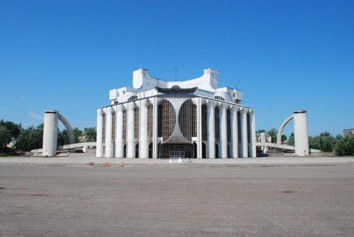 akademicheskiy-teatr-dramy-imeni-f.-m.-dostoevskogo-700x469