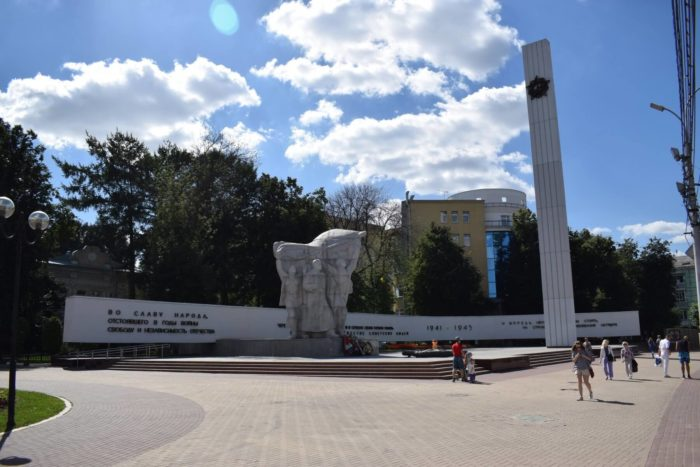 memorial-monument-pobedy-700x467