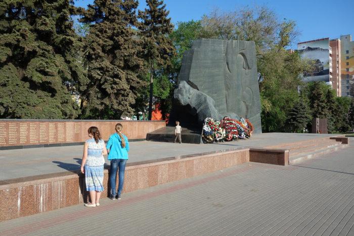 memorialnyy-kompleks-pamyatnik-slavy-700x466
