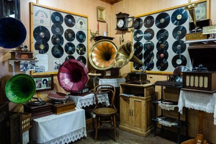 muzey-grammofonov-i-gramplastinok-700x467