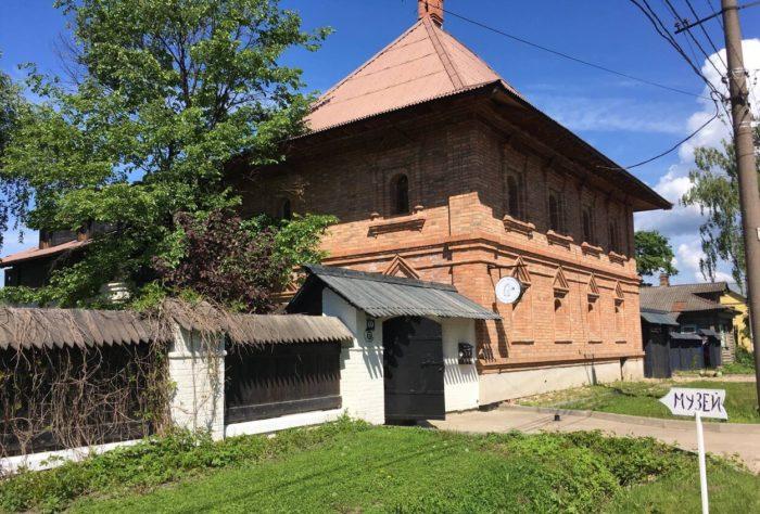 muzey-krestyanskogo-dizayna-kon-v-palto-700x474