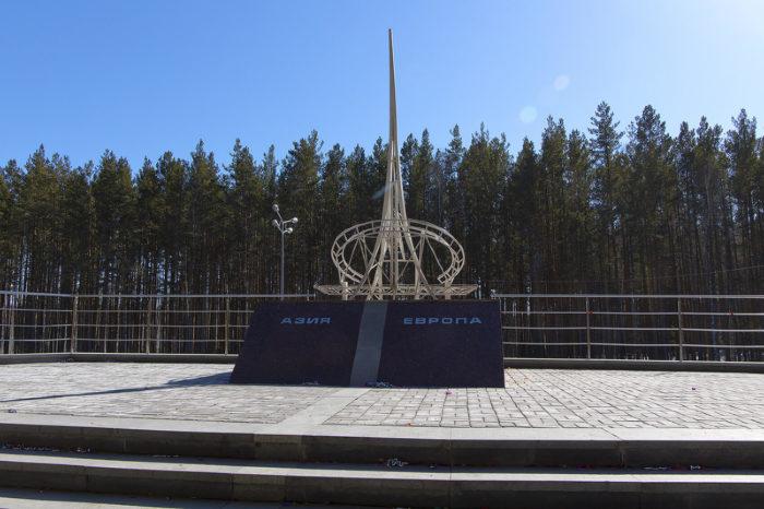 obelisk-na-granitse-evropa-aziya-700x466
