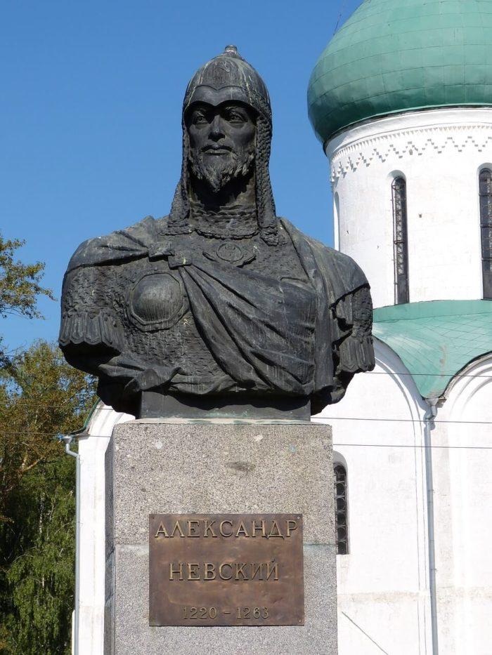 pamyatnik-aleksandru-nevskomu-2-700x933