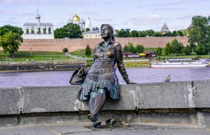 pamyatnik-devushke-turistke-700x451