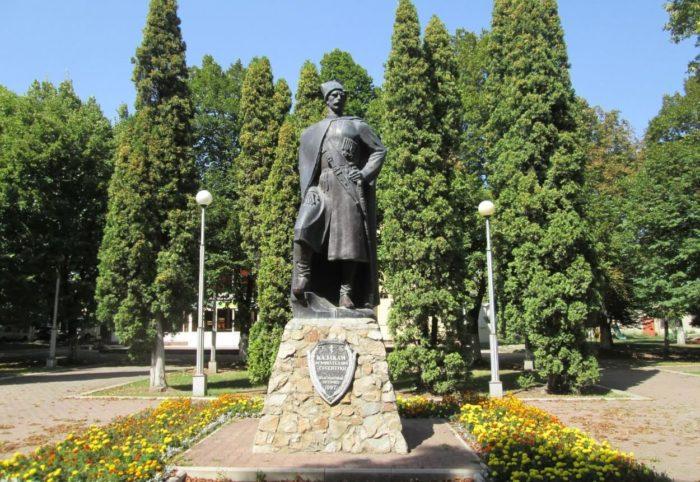 pamyatnik-kazakam-osnovatelyam-essentukov-700x482