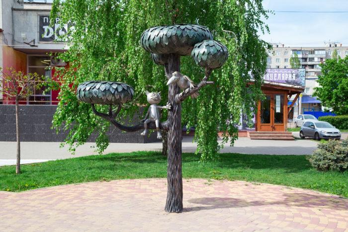 pamyatnik-kotyonku-s-ulitsy-lizyukova-700x467