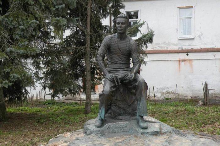 pamyatnik-podvodniku-alekseyu-lebedevu-700x465