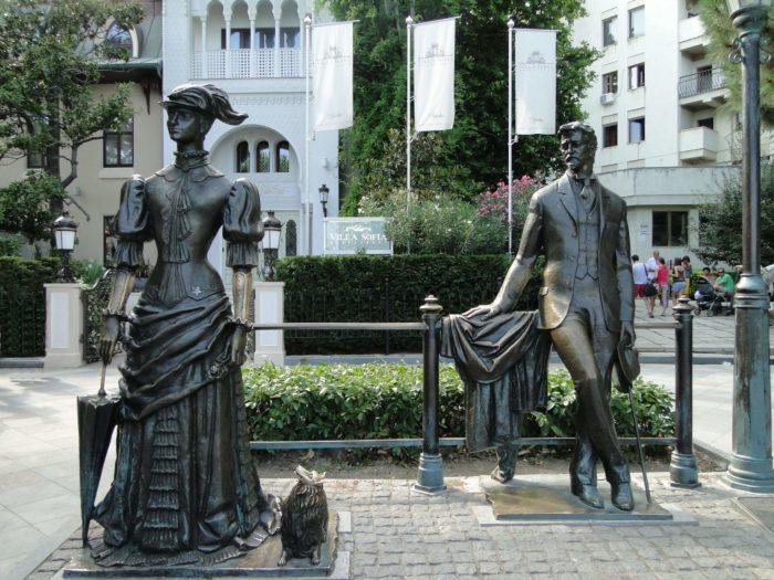skulptura-anton-chehov-i-dama-s-sobachkoy-700x525