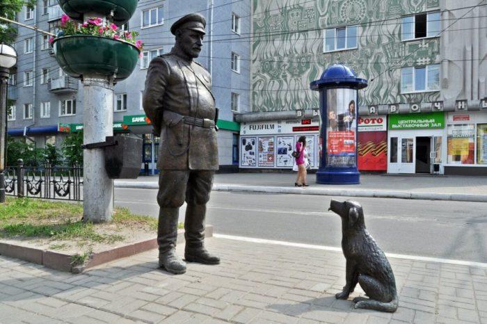 skulptura-gorodovoy-s-sobachkoy-700x466