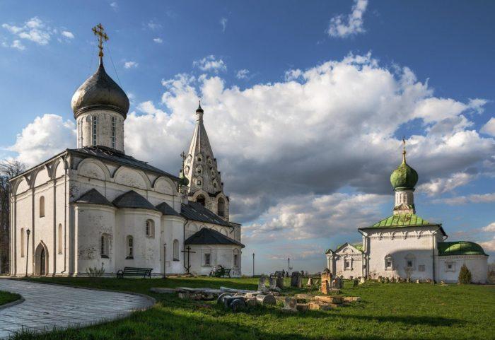 svyato-troitskiy-danilov-monastyr-700x481
