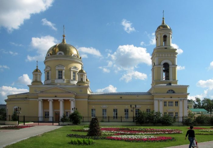 svyato-troitskiy-kafedralnyy-sobor-700x486