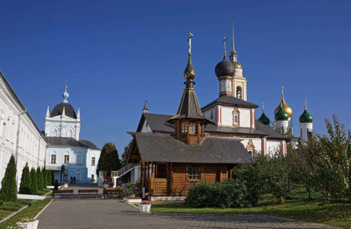 svyato-troitskiy-novo-golutvin-monastyr-700x457
