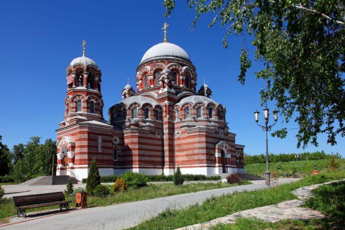 troitskaya-tserkov-v-schurove-700x467
